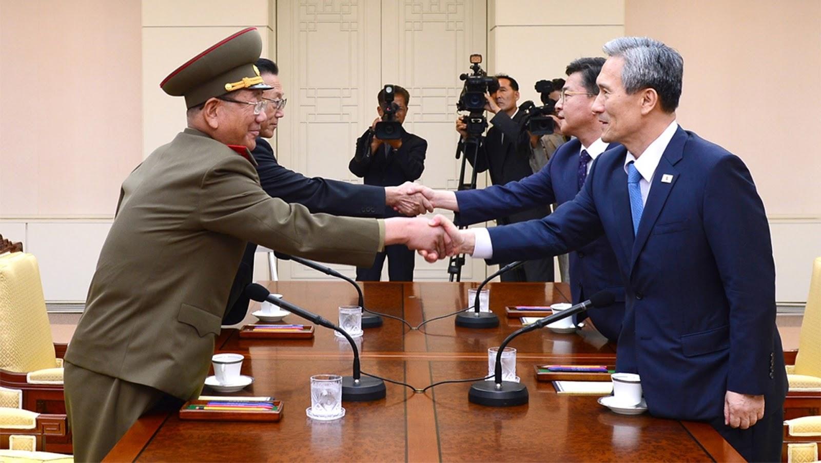 Altos cargos coreanos negociando en Panmunjeom