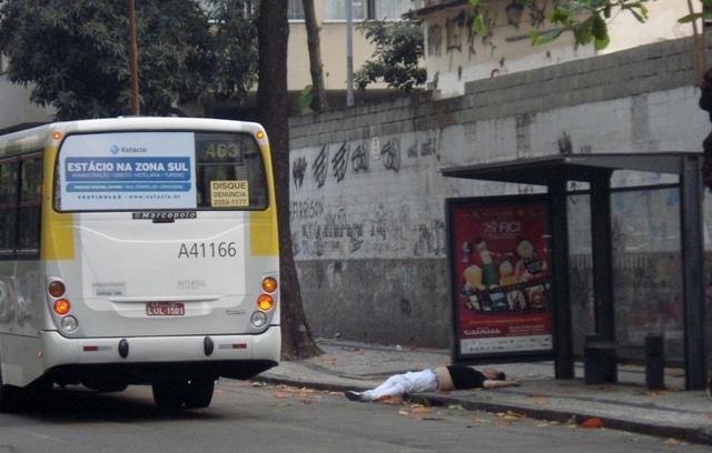 Bêbado em ponto de ônibus de Copacabana. Foto de Marcelo Migliaccio