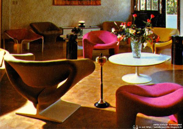 "Fauteuils ""Ruban, Ribbon, F582""  Designer: Pierre Paulin - Editeur: Artifort  Fauteuils ""F564"" et canapé ""C565""  Designer: Pierre Paulin - Editeur: Artifort  Table basse ""Tulipe""  Designer: Eero Saarinen - Editeur: Knoll"