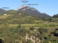 El mas de Matallops i la Roca Tiraval des de la pista forestal de la Vinya Vella. Autor: Ricard Badia