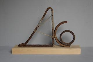 Escultura abstracta realizada con hierro, madera, cordel por la artista ImaPérezAlbert