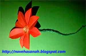 pilin kawat bersama-sama sedotan plastik hingga tangkai bunga menjadi ramping