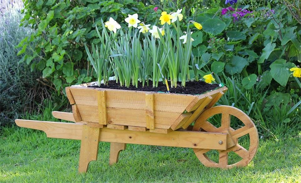 Horse and cart planter box wooden wheelbarrow planter and for Carretillas de madera para jardin