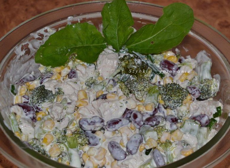 Szybka sałatka z brokułami i piersią kurczaka i fasolą