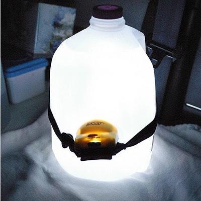 lmpara de camping muy sencilla y barata simplemente necesitamos sujetar una linterna a una garrafa llena de agua para obtener una luz clida que nos