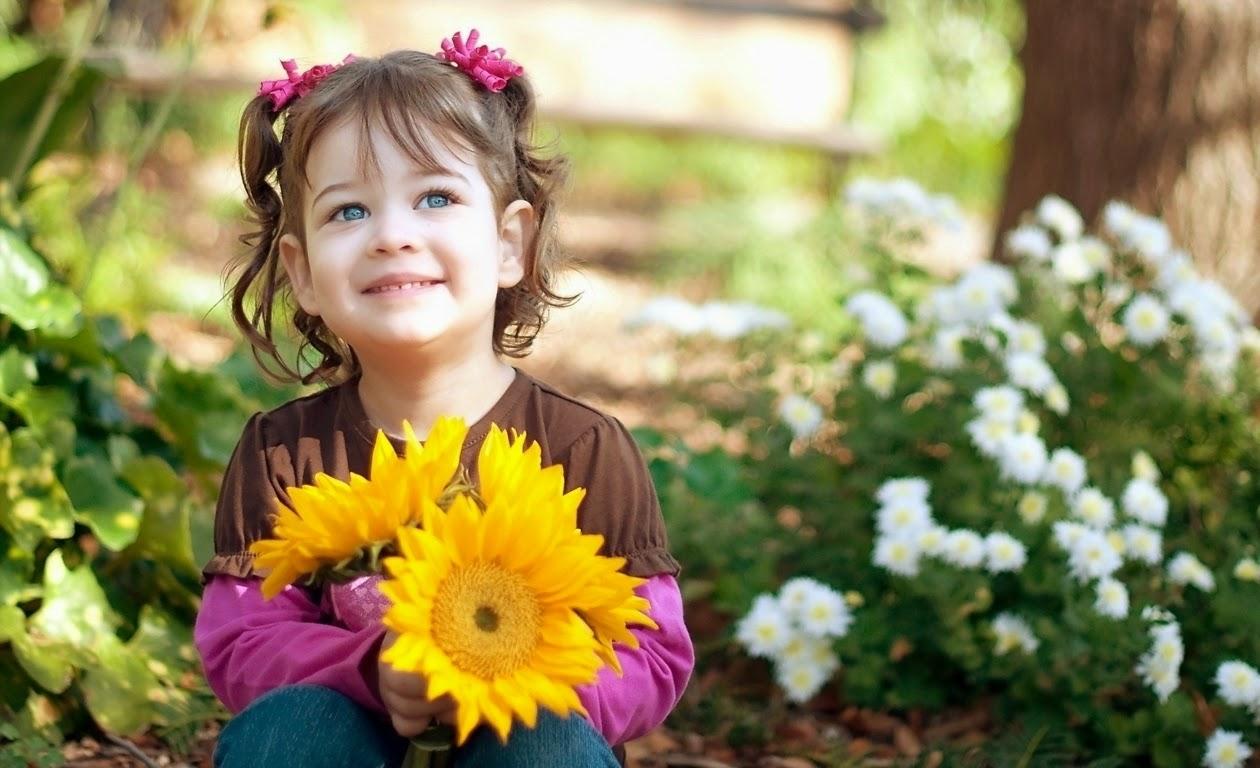 Gambar anak kecil cantik bawa bunga warna kuning