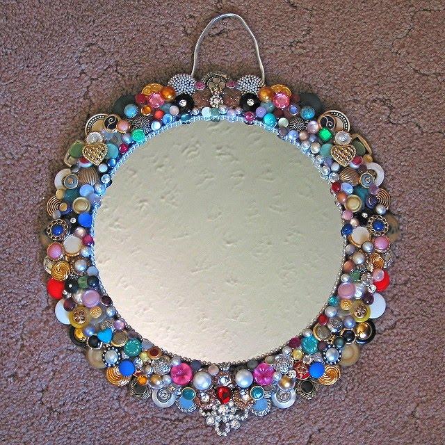 Espelho decorado com botões