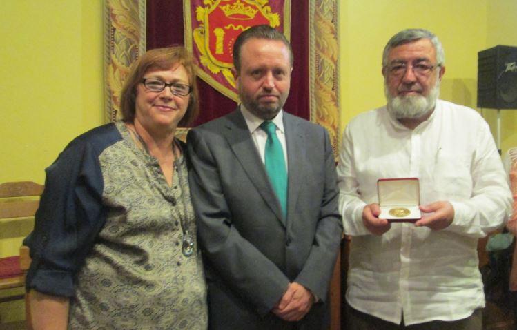 """Medalla de S. Idelfonso de Sevilla al C. Literario,"""" Giner de los Rios"""""""