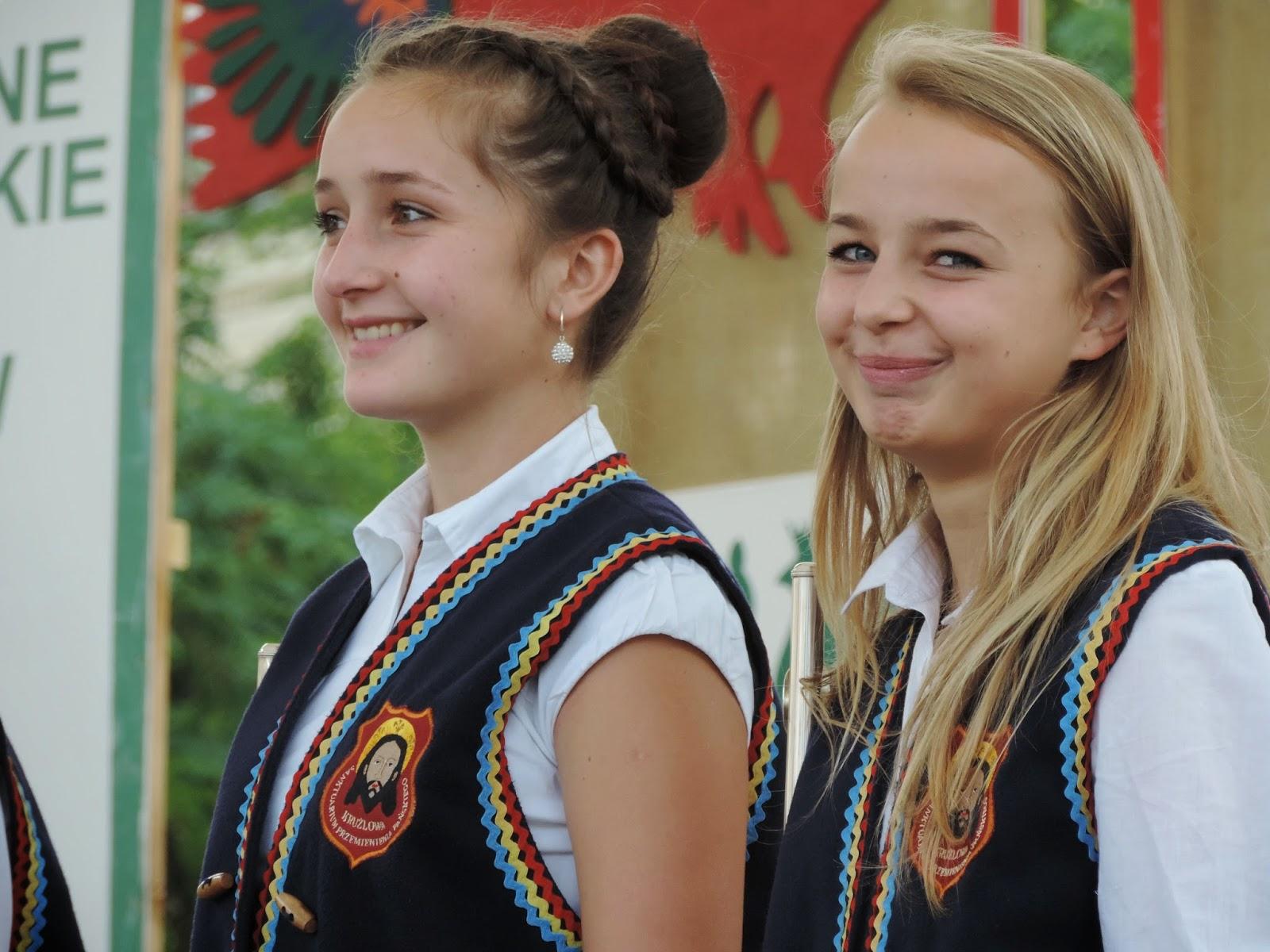 Członkinie zespołu muzycznego | Two young musicians in a presentation