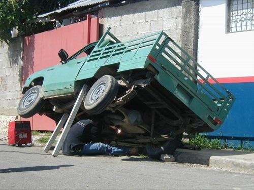 La bonne blague: pourquoi utiliser un pont pour faire de la mécanique quand deux bouts de boi suffisent?