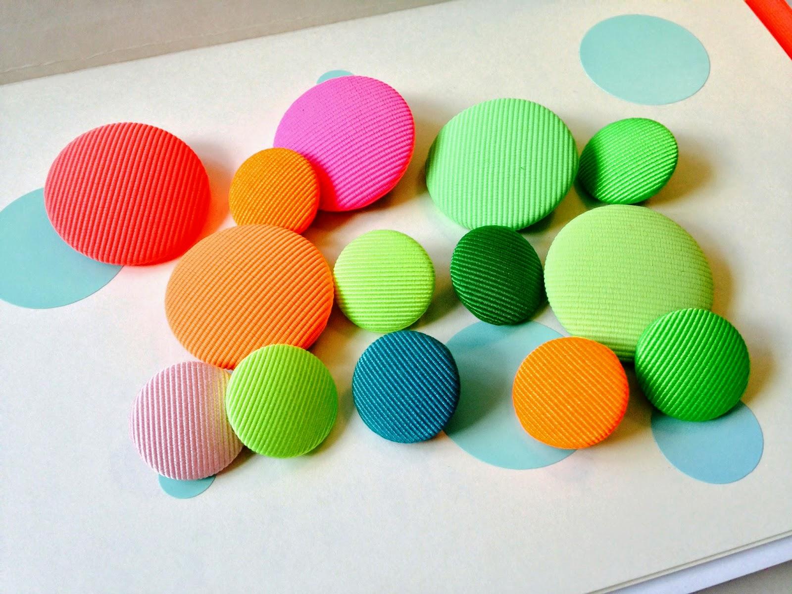 Skønne astor stofknapper i mange farver og i 2 forskellige størrelser.