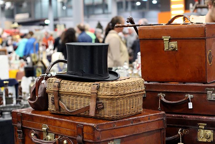 VerzamelaarsJaarbeurs april 2014 vintage koffers hoge hoed top hat beurs fair