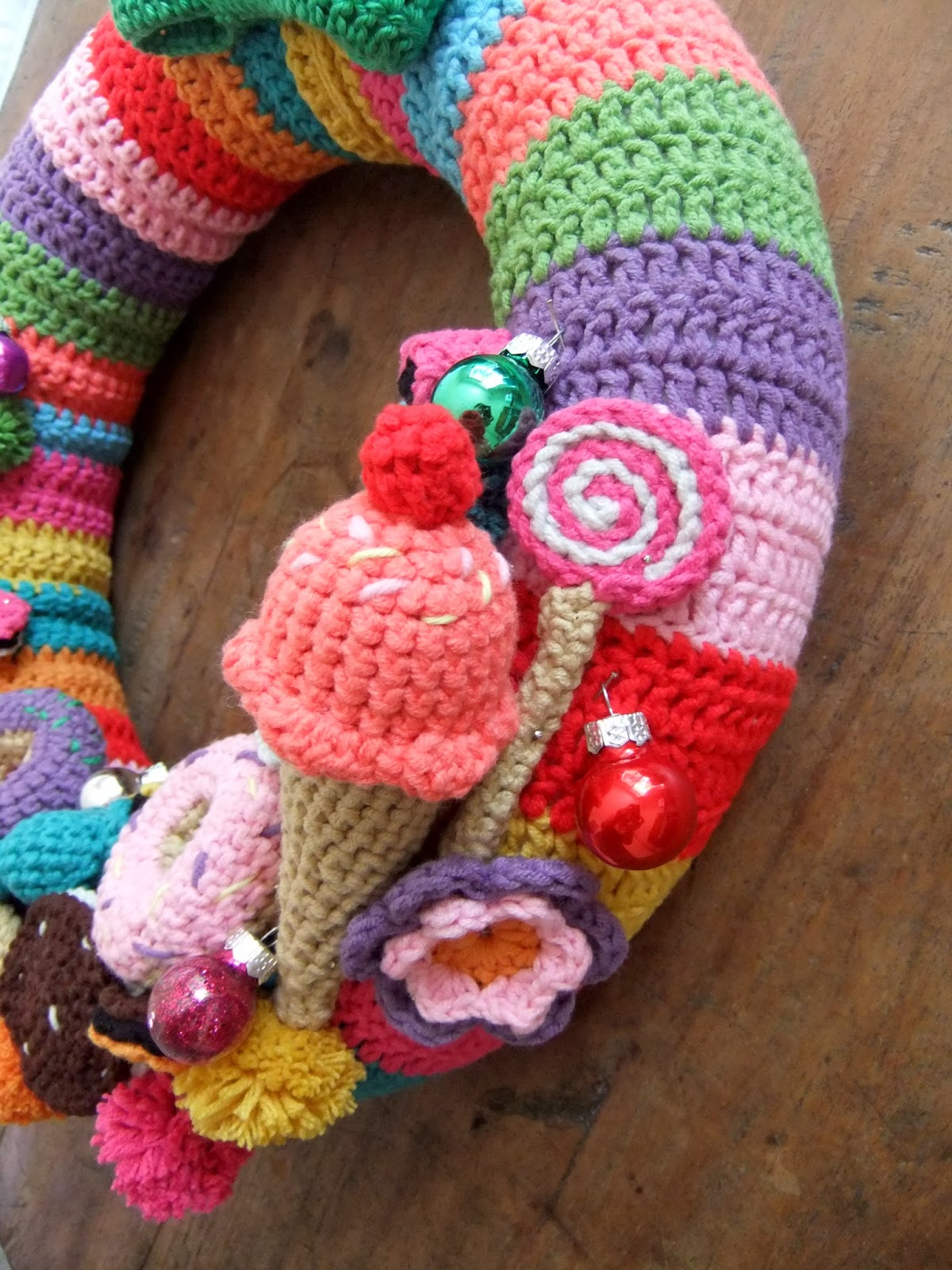 Crochet Pattern For Xmas Wreath : I Love Buttons By Emma: Crochet Christmas Wreath