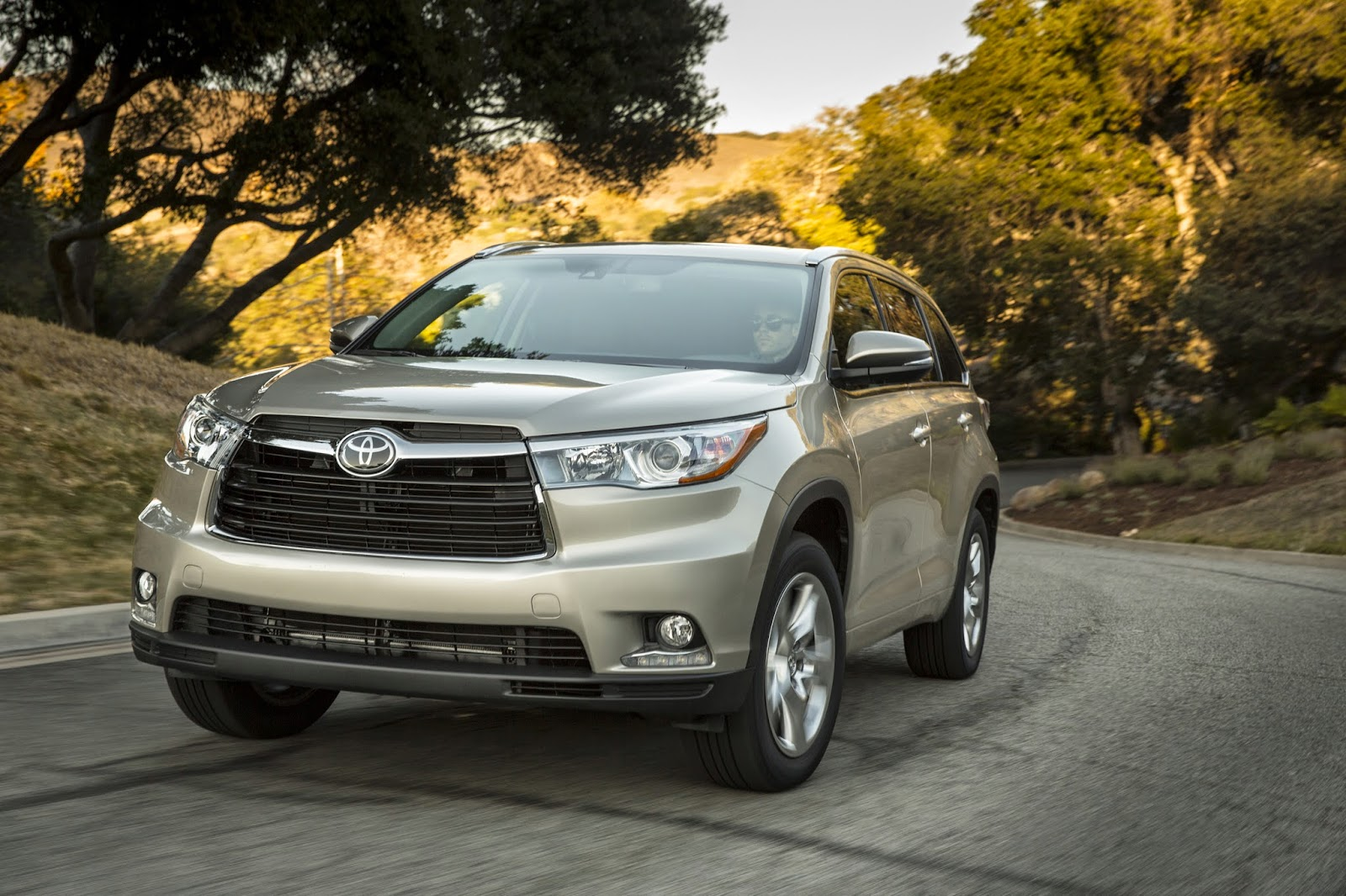 Front 3/4 view of 2014 Toyota Highlander Hybrid