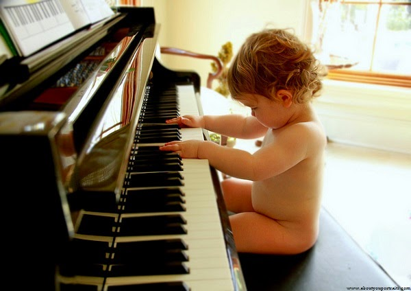 Photo bébé qui joue du piano