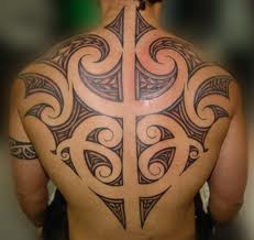 Tatouage homme haut du dos - tatouage tribal dans le dos
