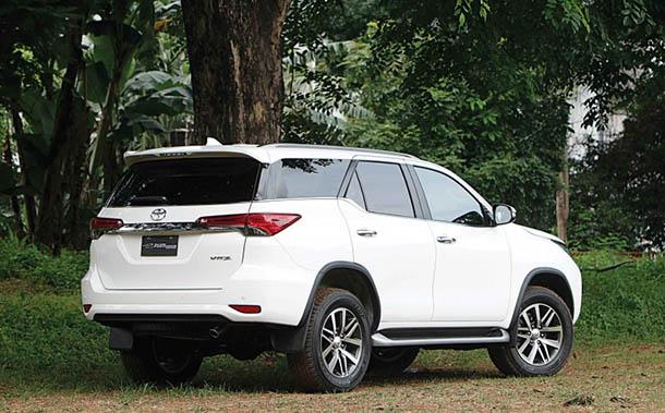 Tampilan Belakang Toyota All New Fortuner 2016
