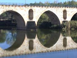 el puente estaba hermoso, tanto que disfrutaba mirándose en el agua