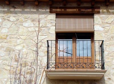 Balcón de forja con adornos de acero colado