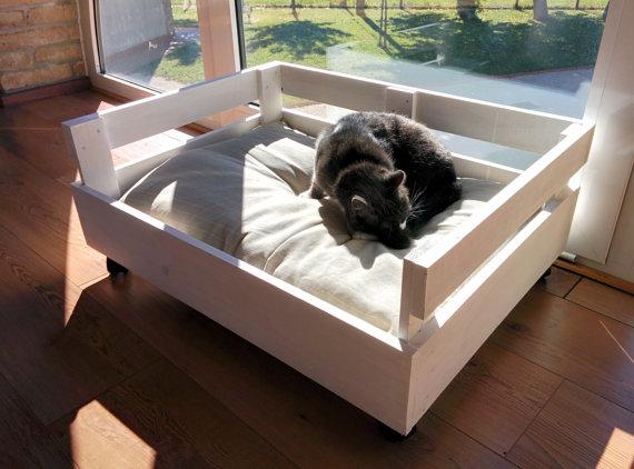 8 buenas ideas de camas originales para mascotas todo for Camas para perros de madera
