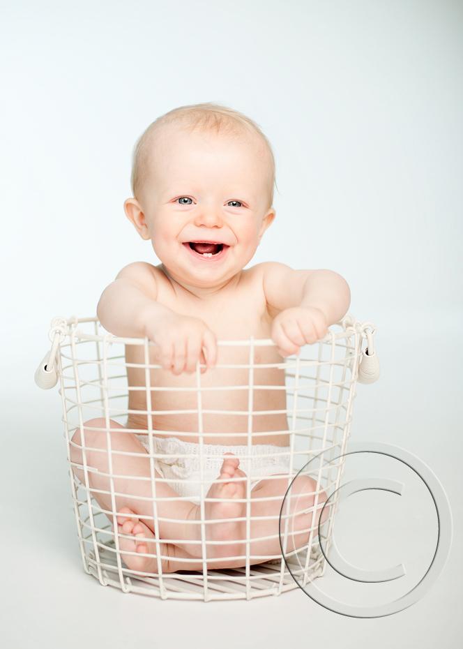 En blid liten gutt på babyfotografering i Tønsberg