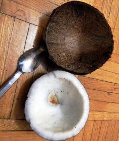 Ambil daging kelapa dengan dikerok pakai sendok
