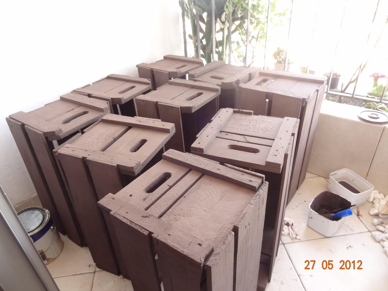 Olha as caixas secando na sacada do apartamento: #AA5621 1600x1200
