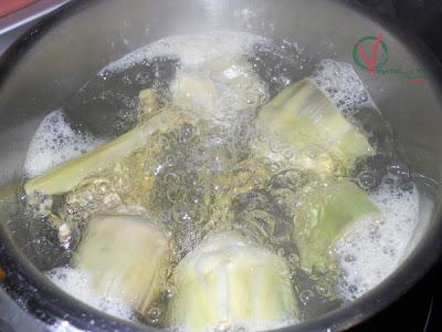 Cocer las alcachofas.