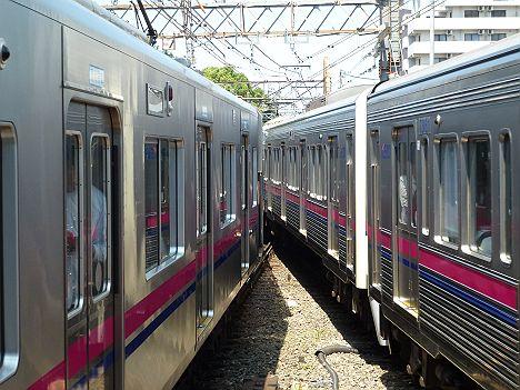 京王電鉄調布駅(地上駅) 同時入線シーン