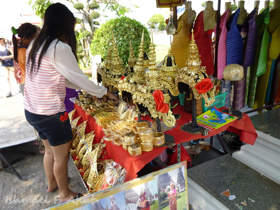 Thai costume for rent at Wat Arun