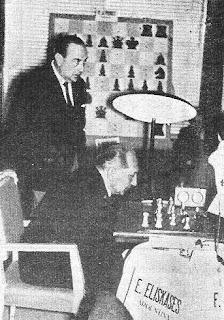 Agustín Pujol siguiendo la partida de ajedrez Eliskases vs. F.J.Pérez en el I Torneo Internacional de Ajedrez Costa del Sol 1961