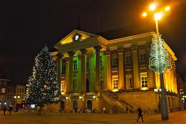 Afbeelding van kerstboom in de Grote Markt in Groningen.