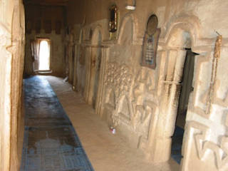 Lantai dan kaligrafi dari lumpur di Masjid Nando, Afrika Barat