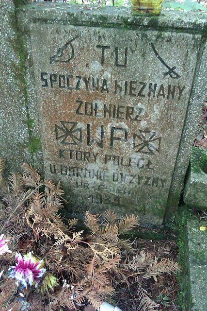 Lasy przysuskie: Ruski Bród - Kuźnica - Zapniów Posada. Mogiła nieznanego żołnierza września 1939 - tablica. Fot. Radosław Nowek.
