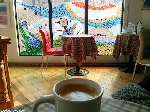 Café delante de una vidriera