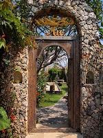 Front gate, Mũ, Bali