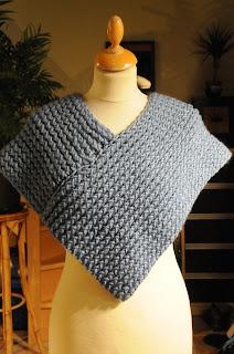 du bout des doigts tricotin g ant cache paule ou petit poncho. Black Bedroom Furniture Sets. Home Design Ideas