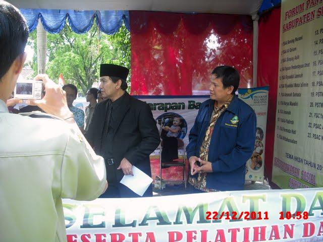 Bupati Sumedang Anugrahi Yabni - Penghargaan Orsos Berprestasi 2011