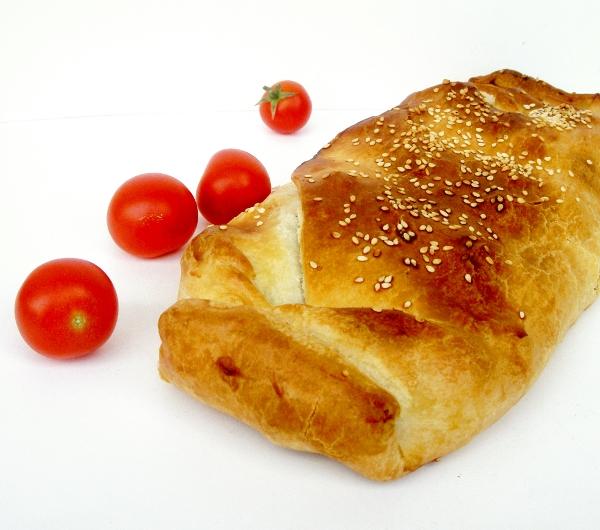 strudel con tonno, pomodoro e olive nere denocciolate