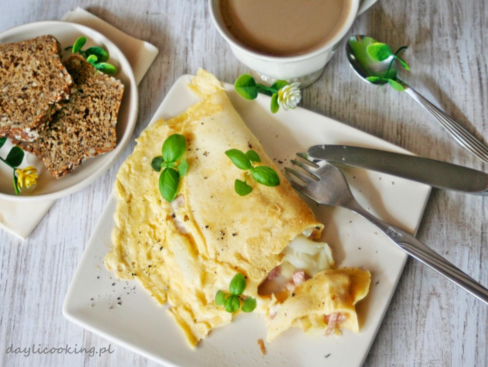 Omlet ze szparagami, szynką i serem