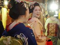 姐の駒子さんは妹の雛祐さんをやさしく振り提灯行列に進む。