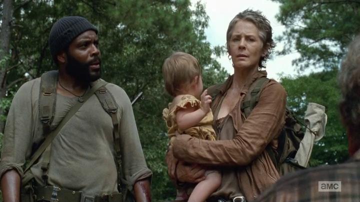 Tyreese y Carol, que lleva en sus brazos a la pequeña Judith