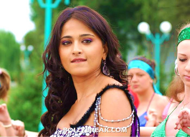 Anushka showing bare shoulder  - (7) - Anushka photos in various outfits