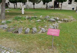 Bronzezeitliche Grabhügel aus Riedenburg im Museumshof des Archäologischen Museums Kelheim