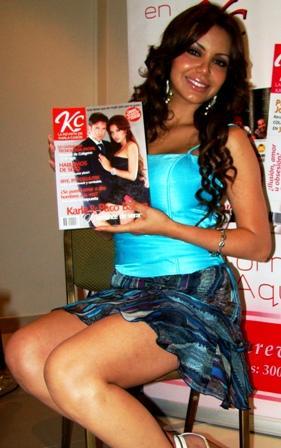 Karla Casós mostrando su revista KC