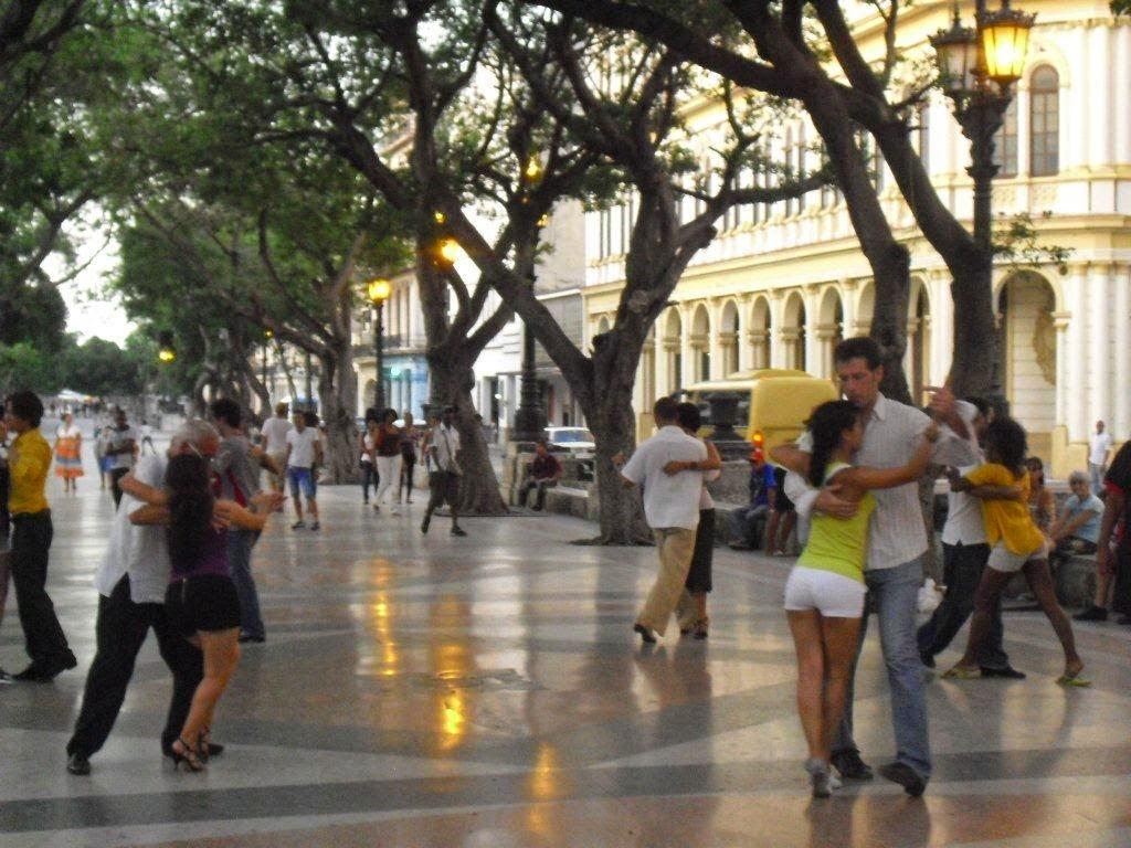 Tango en el Paseo del Prado en La Habana Vieja