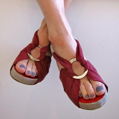 http://3.bp.blogspot.com/-5UvUAt81QDU/UiCrJA4OqyI/AAAAAAAADxw/b0qRyYUqQ70/s400/Fabric+Sandals+%E2%80%93+01.jpg