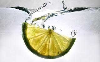 Si possono ricevere 4 benesseri nel bere un bicchiere di acqua con limone