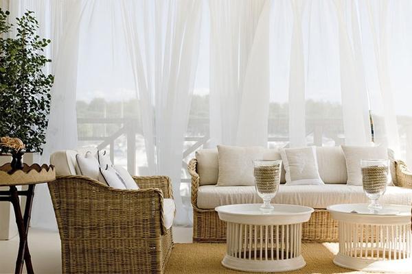 salon exterior con cortinas de muselina blanca