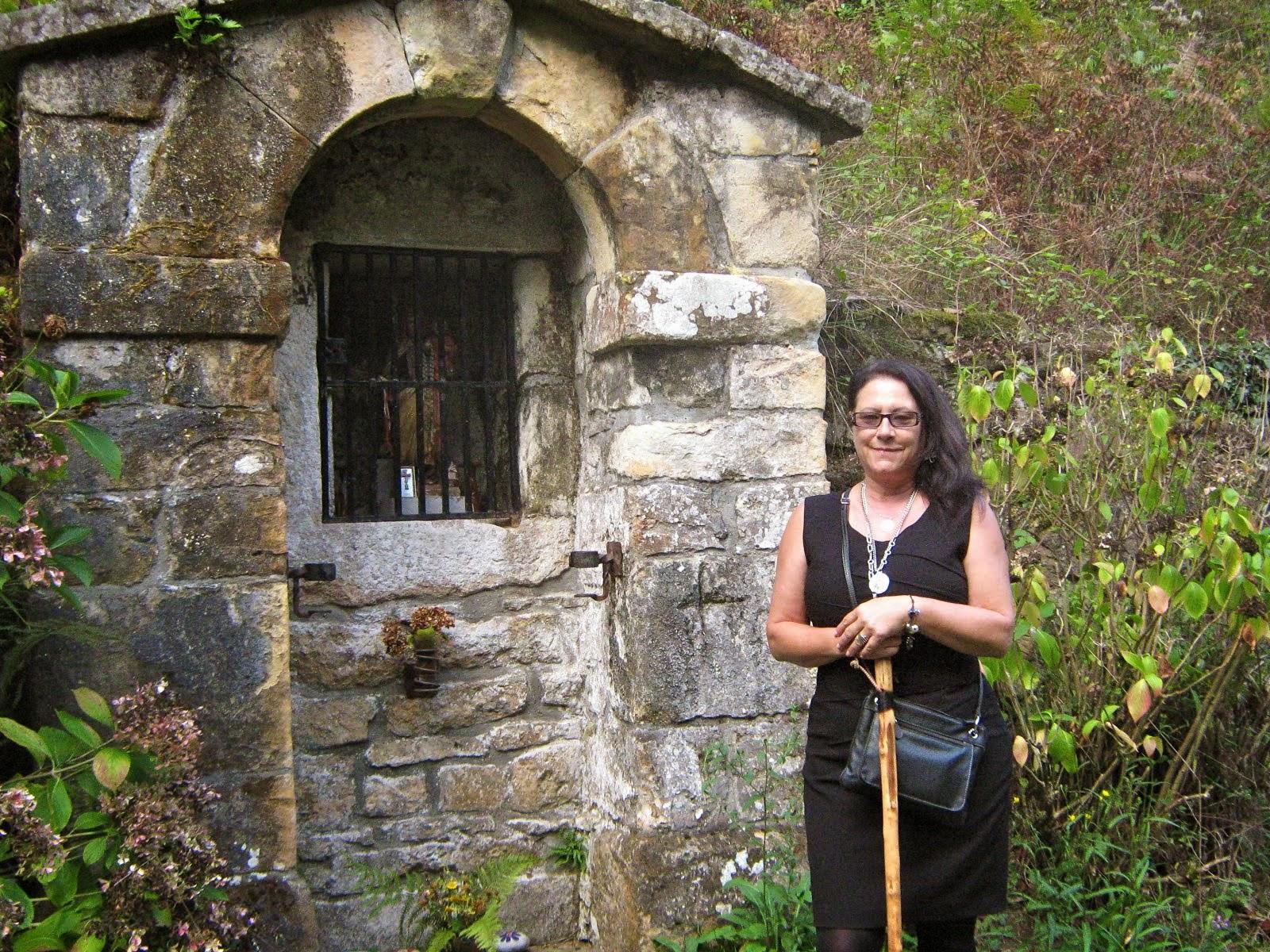 Castaños, flores, un camino y una capilla de ánimas.